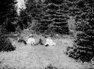 Karen, Gudrun Q. Wiborg og hunden Freya i gresset, Gamle Dig