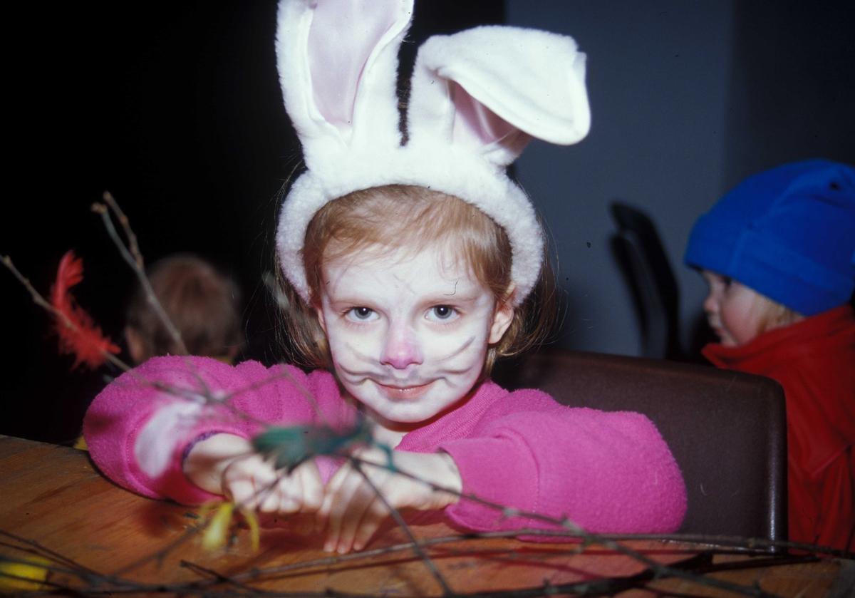 Feiring av fastelavn på Norsk Folkemuseum. Barna lager fastelavnsris i Hallen. Her en liten jente med store kaninører og ansiktsmaling.