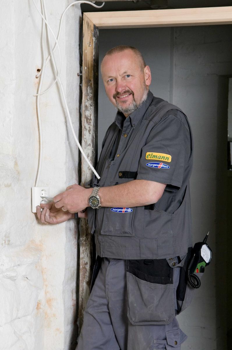 En serie bilder av elektriker i arbeide i Wessels gate 15.