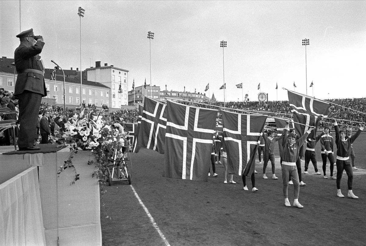 8.mai feiring 1965, 20-års jubileum.Fra Oslo, 08.05.1965. Kongen hilser flaggborgen til et idrettslag på Bislett stadion.
