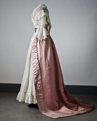 Klänning i rosa sidenaltlas. Nordiska museet inv.nr 183144.