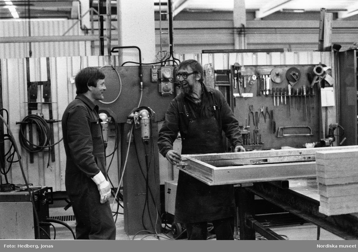 Töreboda, Västergötland. Industri AB Dahlstedt & Johansson, avd 2. Bengt Bäckman, som arbetar med att isolera en karm, samtalar med arbetskamraten Leif Wadén.