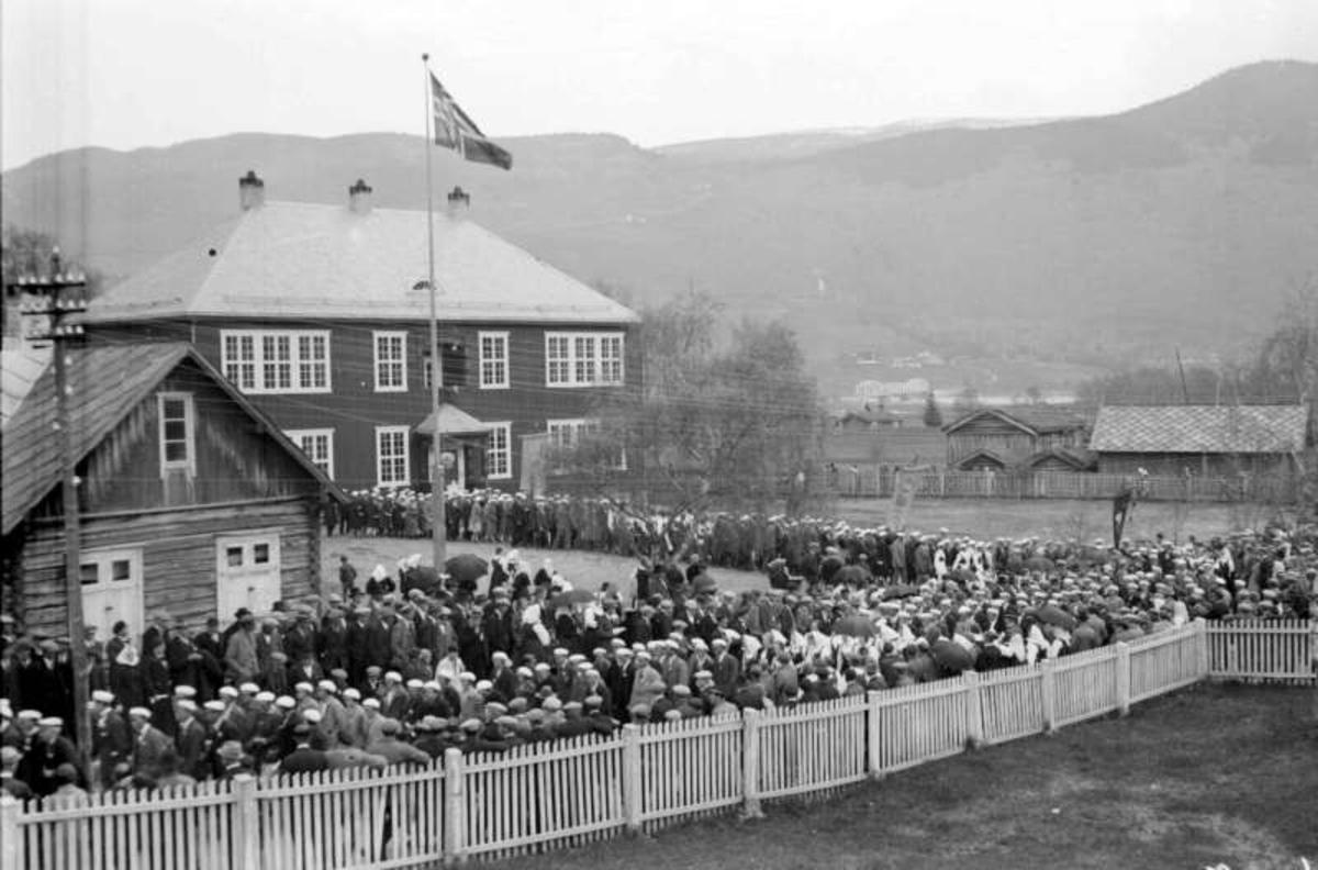 Vågå. Vågåmo. Sangerstevne. Stor folkemengde foran Vågå folkeskule.