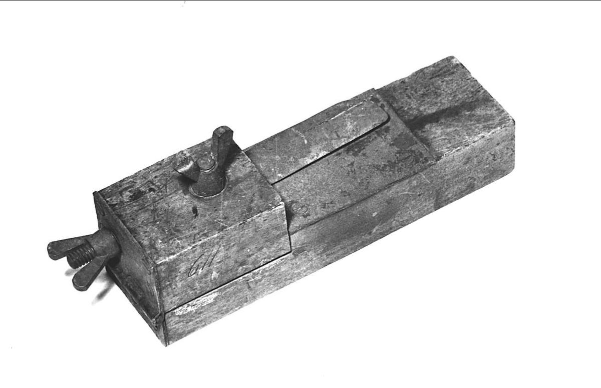Läderberedningskniv av trä och järn-