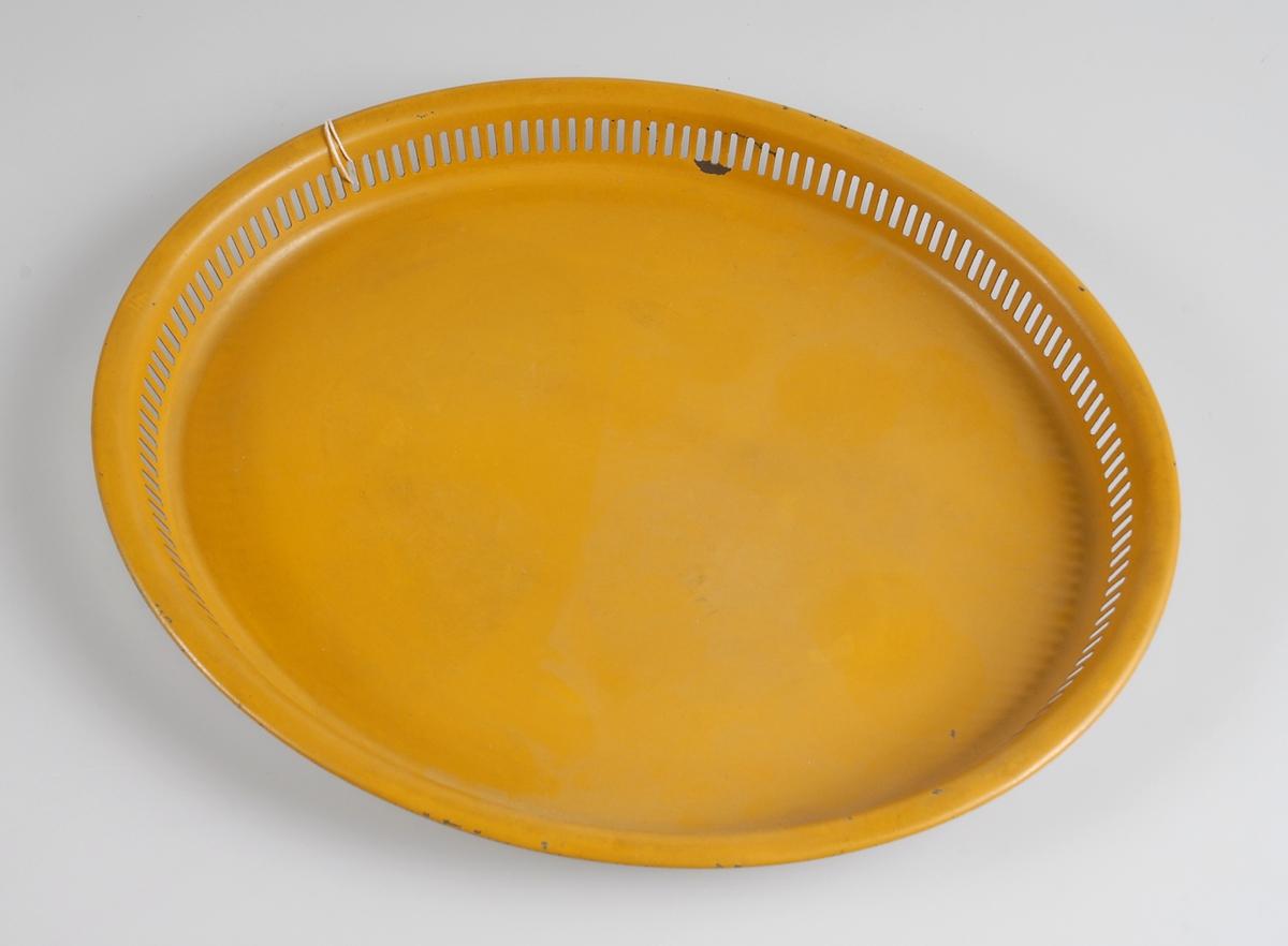 Oval bricka av gullackerad plåt, genombruten gallerkant.