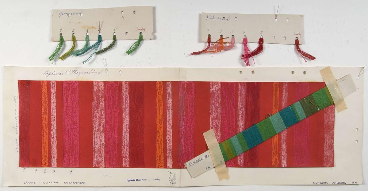"""En skiss och två pappskivor med fastknutna garnprover. Skissen är gjord med röd och rosa vattenfärg (?) på rött papper som sedan klistrats på ett kartongblad. På kartongbladet står """"B-3870 Löparväv 'Skogsvelind' LÖPARE I OLIKSIDIG KORSKYPERT. GUNBORG AHLBERG 1971"""". Fasttejpad vid skissen sitter en pappskiva med gröna cottolingarner lindade runt. Pappskivan är märkt """"SKOGSVELIND G.A."""" Garnproverna är av cottolin, på den ena pappskivan i gröna nyanser och på den andra i röda nyanser."""