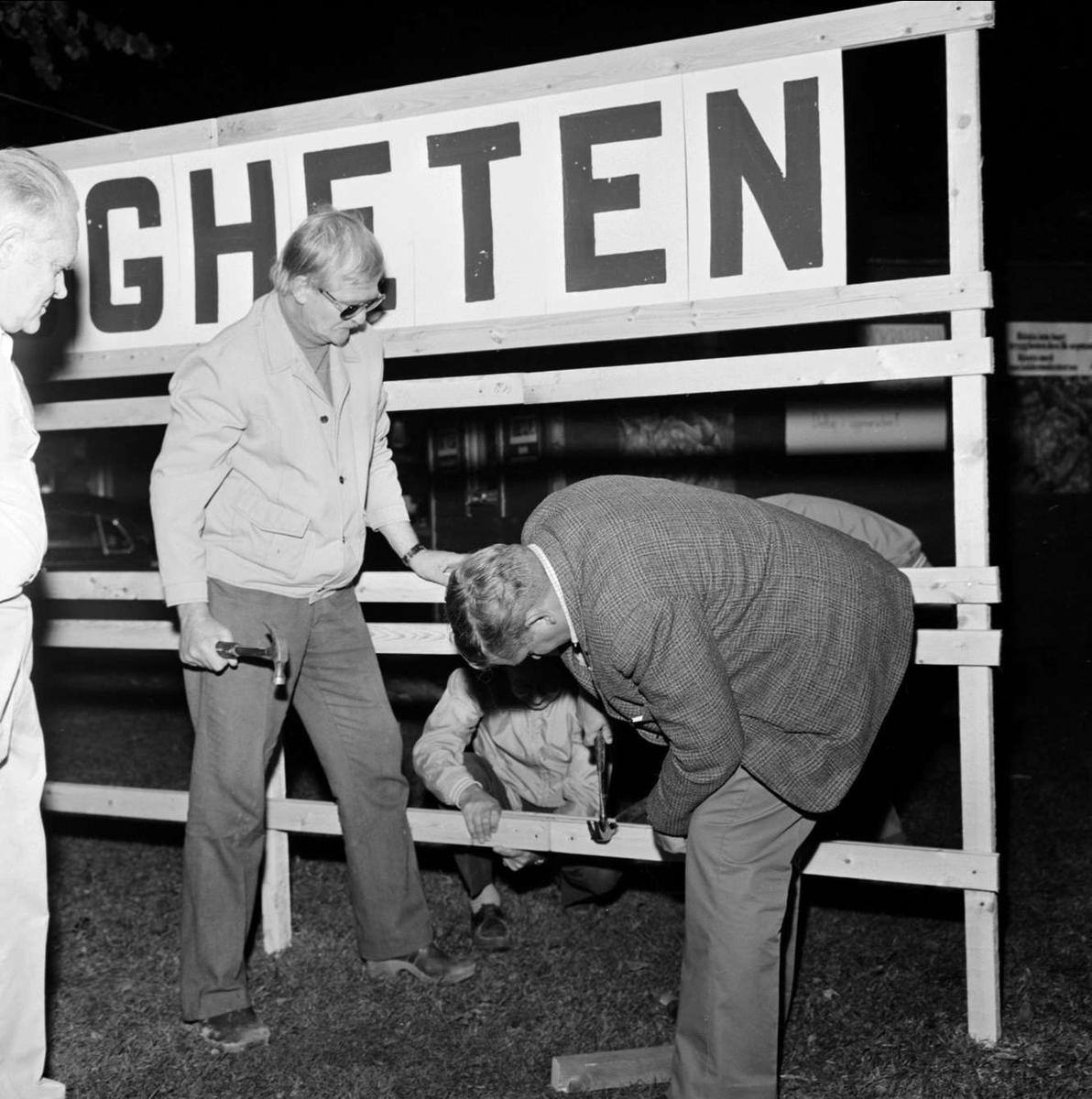 Riksdagsvalet i Tierp, Uppland september 1973. Tre män hjälps åt med en affischställning