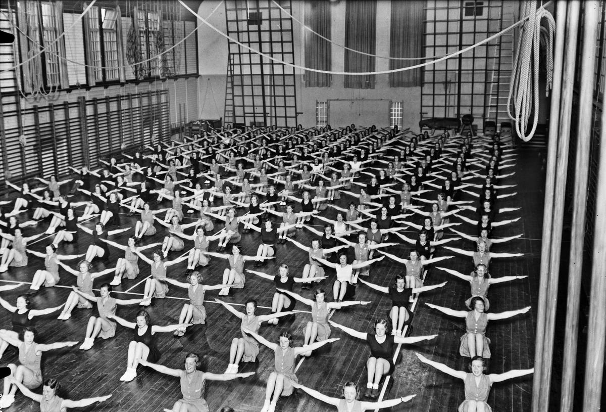 """Gymnastik på Gymnastikinstitutionen """"Svettis"""", kvarteret Gymnastiken, Uppsala 1933"""