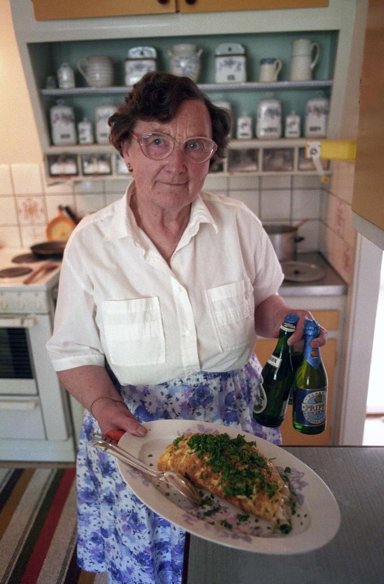Kalaskokerskan Anna-Lisa Jacobsson och omelett med palsternacksstuvning, Bålsta, Uppland 1994