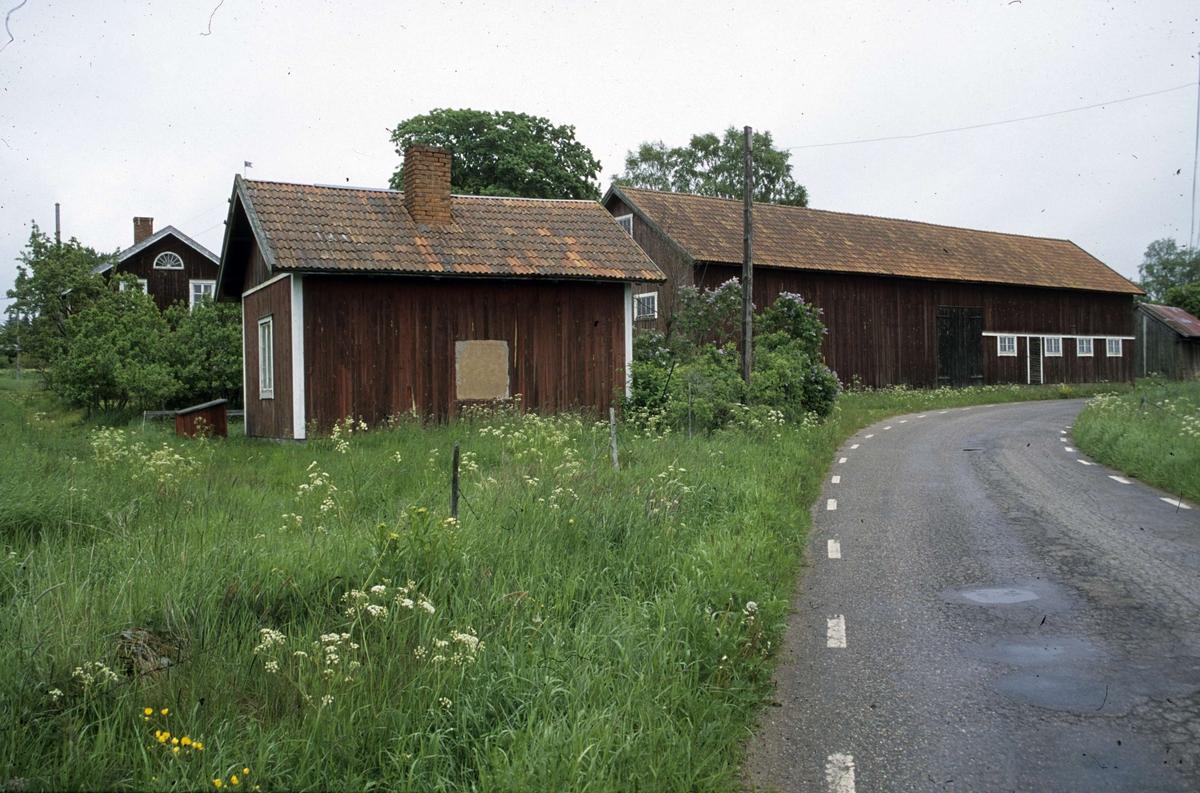 Ekonomibyggnader i Hållen, Hållnäs socken, Uppland 2000