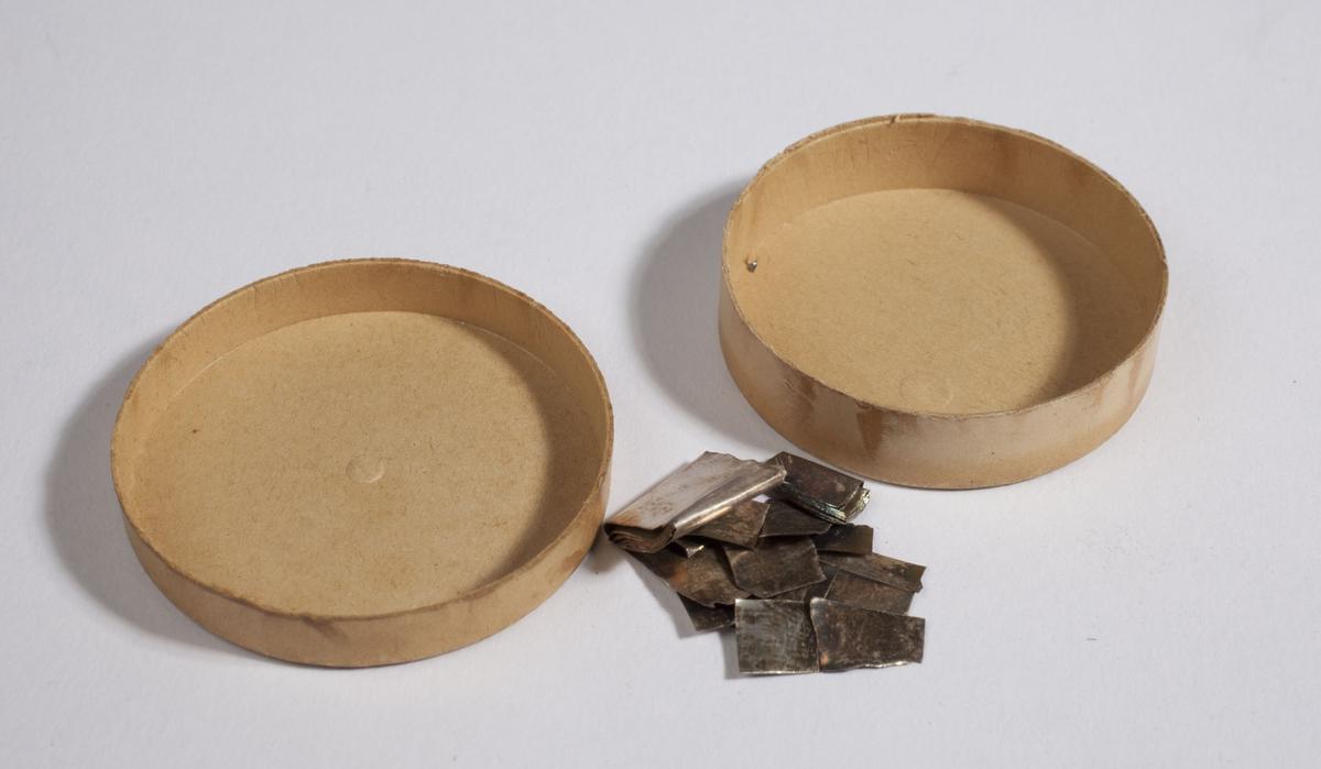 Flate biter av sølv kjemisk rent sølv.