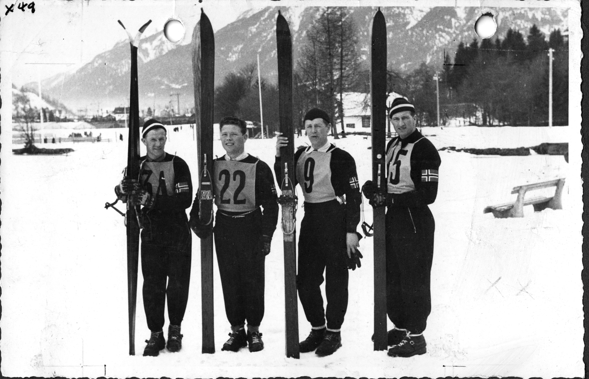 Det norske firemannslaget foran det spesielle hopprettet i OL i 1936. F.v. Birger Ruud, Arnholdt Kongsgård, Kåre Wahlberg, Reidar Andersen. The Norwegian team before the special jumping competition in the Winter Olympics in 1936.