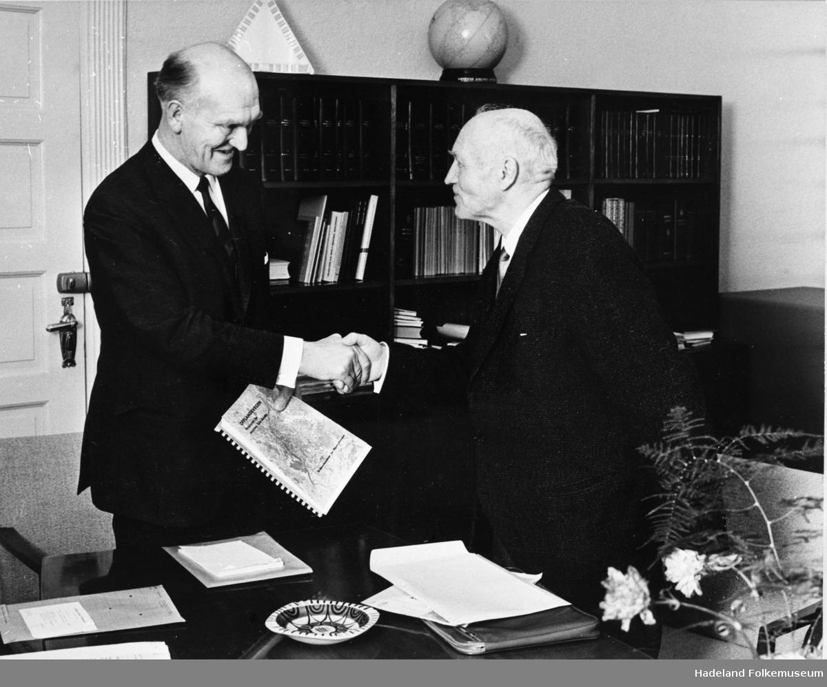 Johan Arntz Schiong overleverer rapporten om Opplandsvegen til samferdselsminister Håkon Kyllingmark i 1967