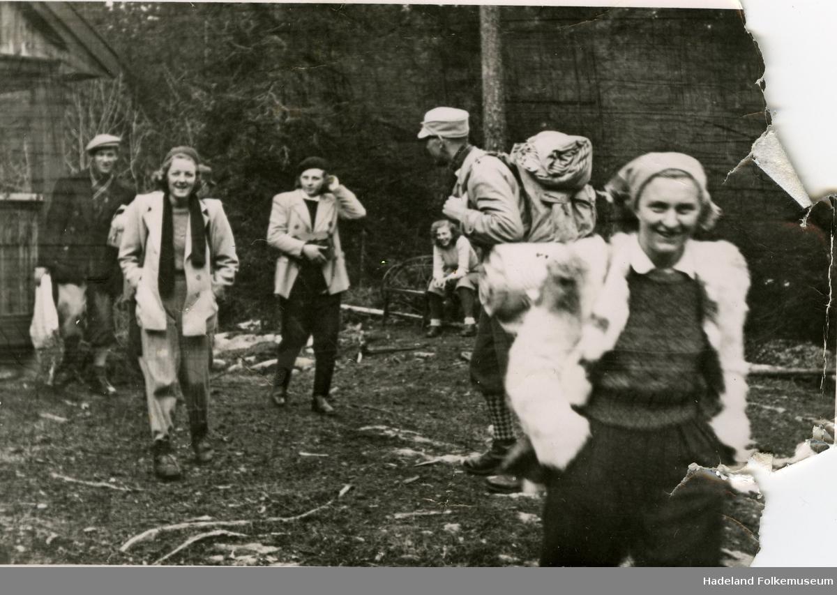 Ungdom på påsketur i hytte ved Lygnasæter.