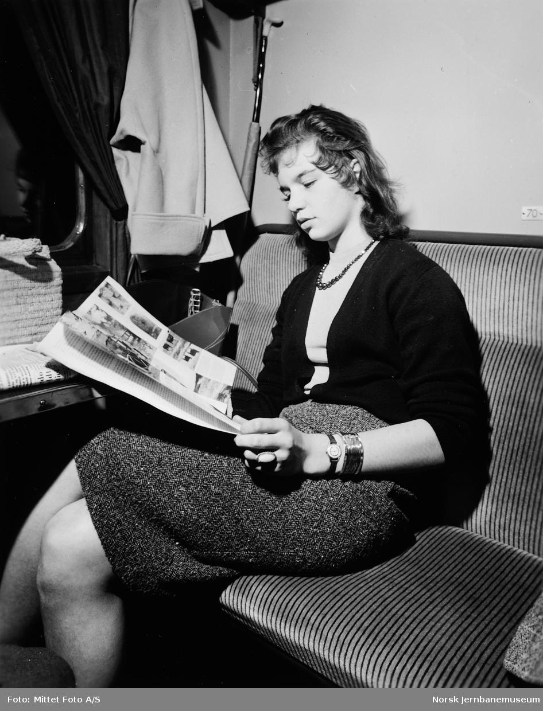 Reisende med avis i svensk personvogn