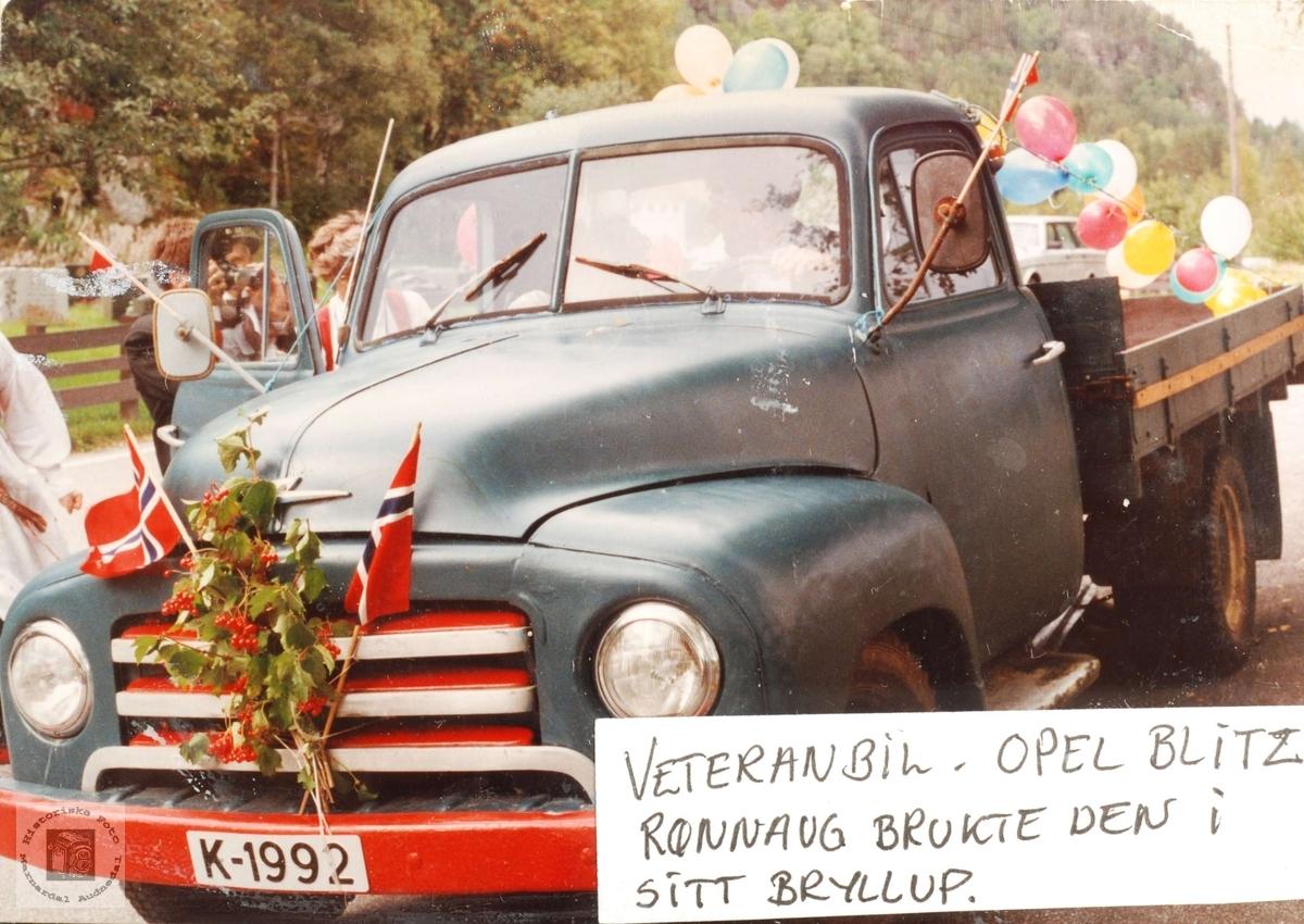 """Gammel lastebil """"bondeblitz"""" i bryllupstas fraktet brudeparet Rønnaug og Svein til og fra kirken i Grindheim."""