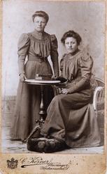 Portrett av Siri og Anna Bjerland i Bjelland.