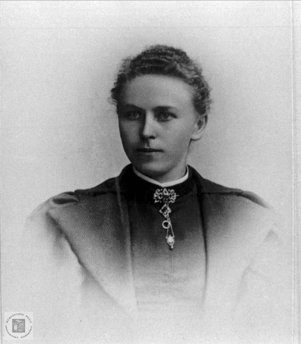 Portrett av Asborg Knutzdtr. Nødbekk, Holum. Gift Skjeggestad, Bjelland.