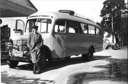 Ola Sigurdson Foss med bussen i Mandal. Om kjøretøyet: K-5