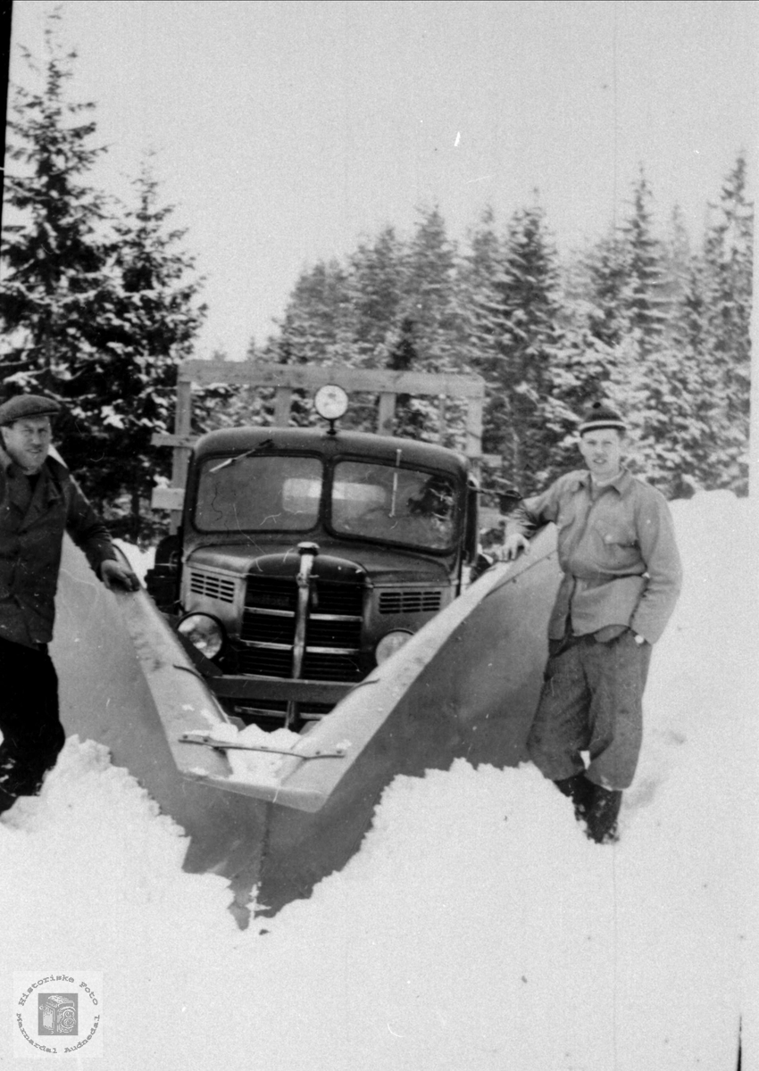 Snøbrøyting vinteren 1950/51, Bjelland. Brøytebilen er en Bedford.