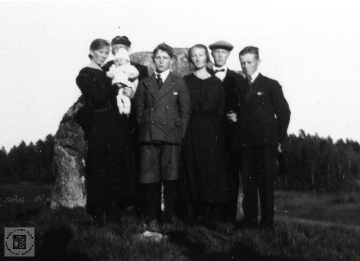 """Familiebilde ved """"den store steinen"""" på Hjemlestad, Bjelland."""