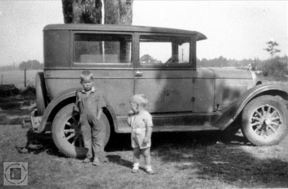 Tommy og Jimmy Haraldstad med automobilen til Gunleiv i USA