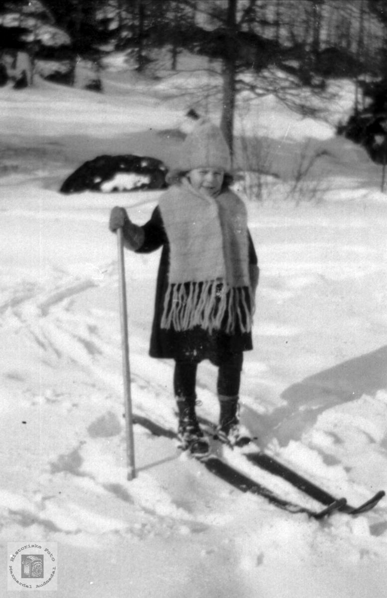 Portrett av Anne Bakken. Skitur som femåring. Audnedal.