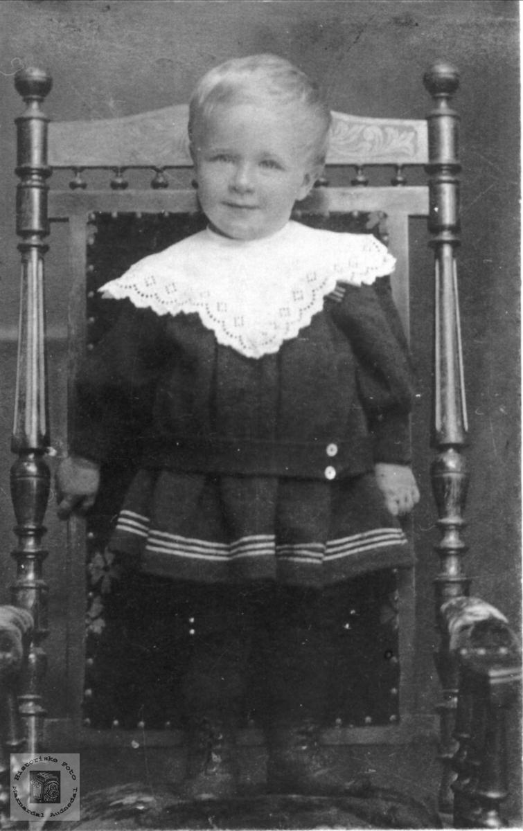 Barneportrett av Bent Hallingsgård, Laudal.