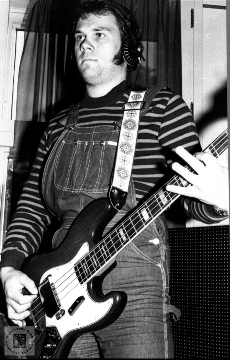 Portrett av Steinar Bråten med gitar.(Bass), Laudal.
