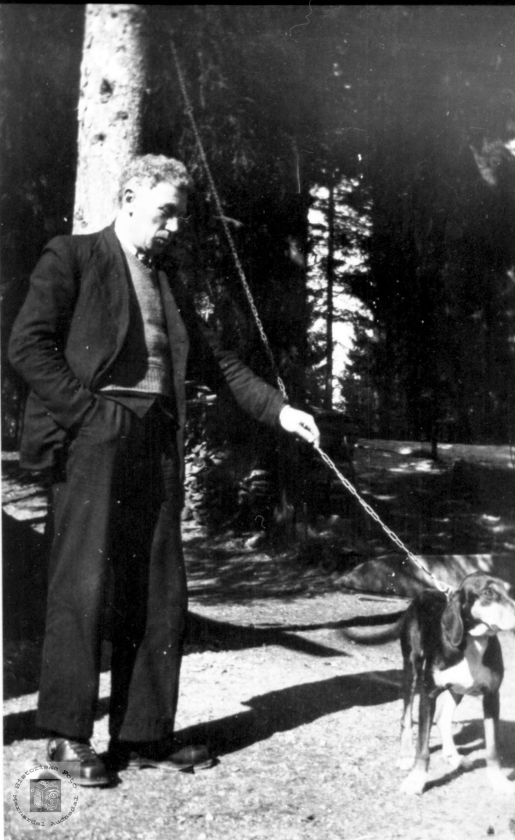 Portrett av Knud Fuglestveit med hunden