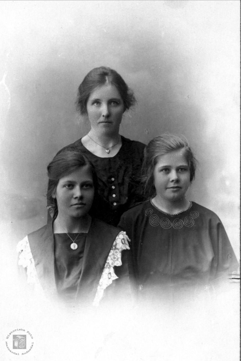 Gruppe Maria og Lina Birkeland, bak ukjent