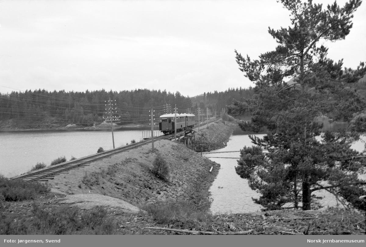 Nordgående motorvogntog på  Voilebukten bru - persontog 2651