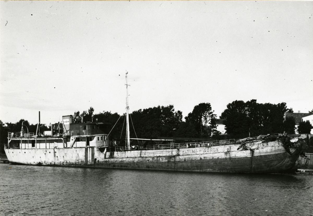 M/T 'Biwi' (b.1940, Glommens mek. Verksted A/S, Kråkerøy, Fredrikstad), - ligger bombeskadet i Fredrikstad.