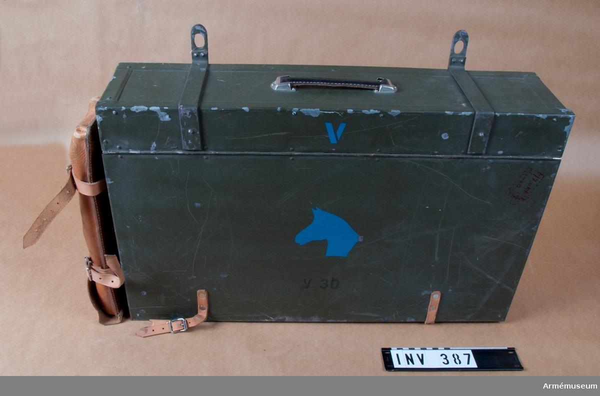 """Veterinärpacklåda för klövjning. Ingår i veterinärväsendets utrustning. Består av 214 delar, fördelade på denna och AM 387. Se bif. förteckning. Ur """"Satsförteckning m.m. över veterinärmateriel, utgiven av Armeintendenturförvaltningen"""", 1962 års upplaga, s. 54. Angivelsen rörande antal delar undantar läkemedelsbeståndet s. 55. Vikt 40 kg (hälften av vikten avser packlåda AM 387)."""