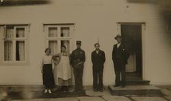 Familiegruppe foran hus