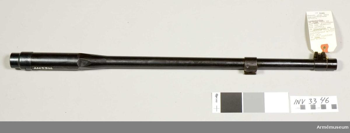 Till pipan räknas mynningsring, kornklack och cylinderfäste. Bommar och räfflor i likhet med vanlig gevärspipa. Framtill är den utvändigt gängad för fästande av lösskjutningspropp, flamdämpare eller mynningshylsa. Gängorna skyddas av mynningsringen som har grepp för universalnyckel.