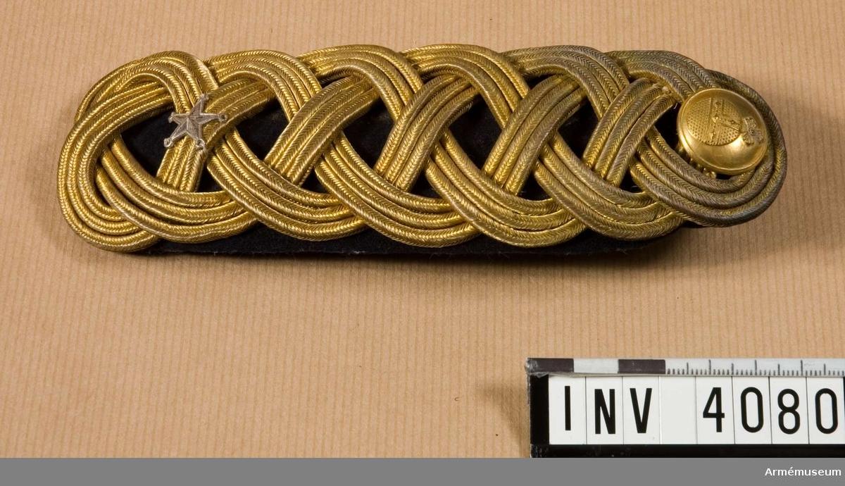 Klaffens foder av mörkblått kläde, fläta med tre jämsides gående fyrkantsgaloner i guldtråd. Silverstjärna för majors  grad. Knapp m/1793 i guld för Upplands infanteriregemente I 8. På undersidan två hakar för fastsättning vid vapenrocken.