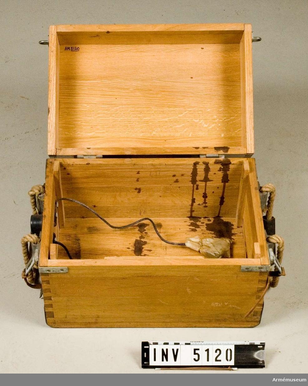 Ackumulatorlåda till radiostation 75 watt transportabel m/1943.Mått 415x270x300 mm. Låda av ek. Märkt med tre kronor.   Samhörande nr är AM.5117-21