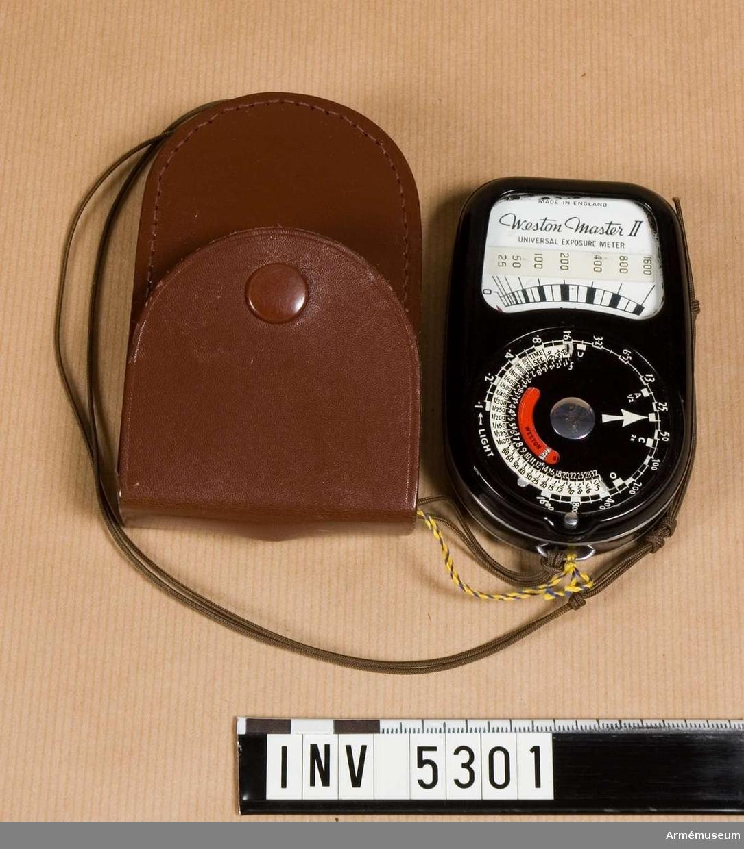 """Instrument för mätning av ljus och därpå beräkning av lämpliga värden för kamerans inställning vid fotografering. Användes manuellt. Principen är att en selencell belyses och därvid genererar en elektrisk ström som mätes med ett instrument. Stömmen eller spänningen varierar med belysningen. Det visade värdet omvandlas med mekaniska skalor till värden som kan ställas in på kameran med hänsyn till filmkänsligheten som ställts in på instrumentet.Ordet """"exponeringsmätare"""" är vanligare än det troligen  riktigare """" ljusmätare """".Föremålet består av instrument, läderfodral och bärsnodd. Färgen är mest svart, men skalor mm är vita och röda. Bruksanvisning finns."""
