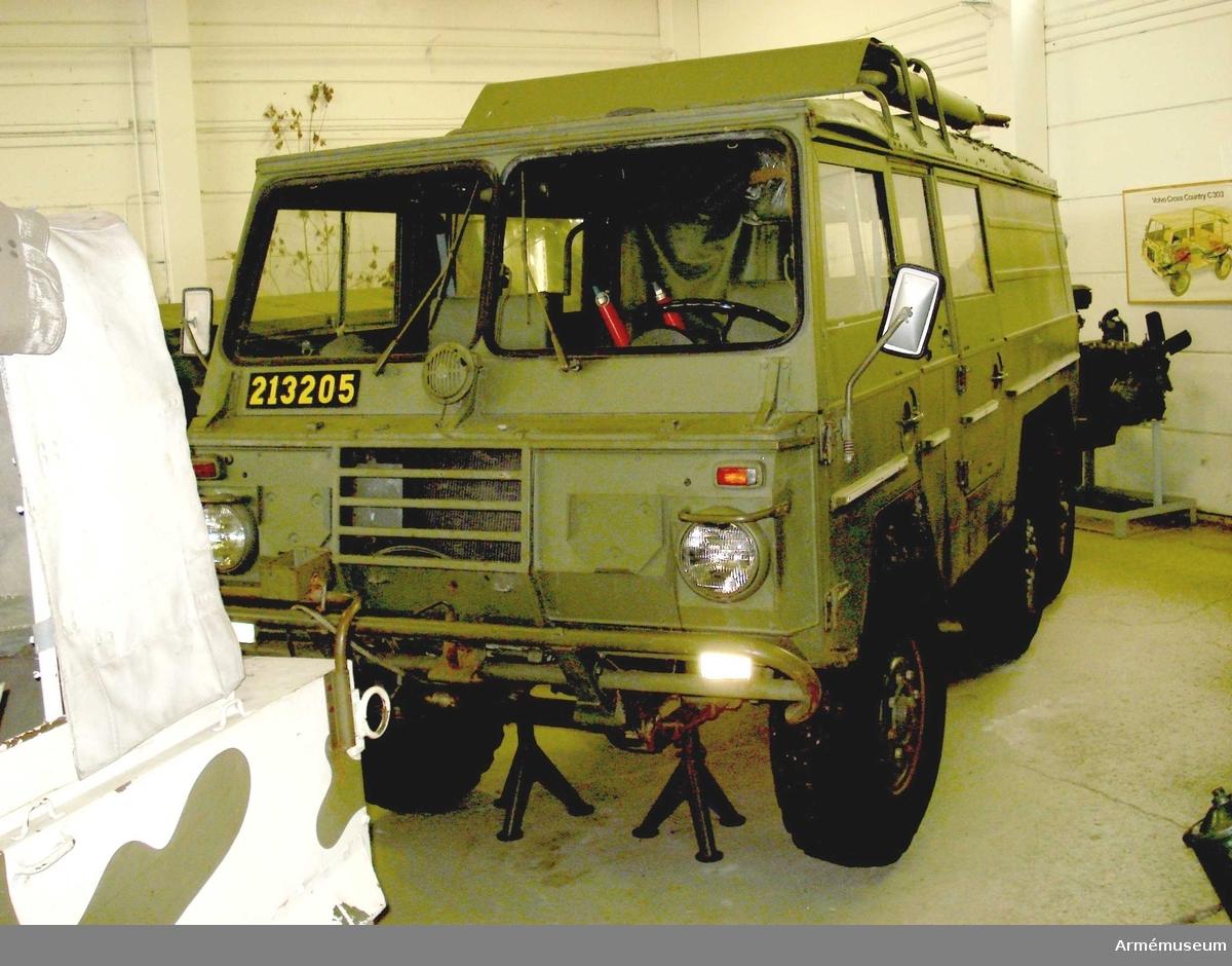 Terrängbil 121 A, fabrikat Volvo, typ 4142, årsmodell 1971. (Amfibie) Specialkarrosseri. Se besiktningsinstrumentet.  Bilen har följande tillbehör 1988-11-09:  Flytväst 9, 6 st M 7383-090010,  Akvarex Sea Float, uppblåsbar i plastpåsar.  I facket bakom föraren:  varningstrianglar 2 st i ett textilfodral M7611-371010,  sjuktransportutrustning, bestående av 4 st textilband med krokar och spännen att hänga upp bårar i, (2 st främre, 2 st bakre) se instruktionsboken;  dunkslang 20 M1760- 800510,  sladdlampa 10 m i fodral och med rött överdrag M 2744-004011,  klyka för domkraft,  fettspruta.  På bakdörrens insida:  Huggyxa 1,2 kg, spade.  Utsidan: Reservhjul 8.90-16. På höger sida i lastutrymmet: Brytblock 6t 2 st,   paddlar av trä 2 st en trasig (bladet),  förlängningsslang för avgasrör,  båtshake,  bogserlina (vajer) 5 m 16 mm, M 1347-806110,  ankare med nylonlina,  brandsläckare Tempus pulver BC klass II.  På vänster sida i lastutrymmet:  Markeringsboj med lina (innerslang 4.00-18 Trelleborg),  pak för länspump,  6 st slirskydd 8.90--16 SFR 70 Gunnebo, 2 st i säck av jute (?) med en plastpåse med reservlänkar (3 st) och insexnyckel, i varje säck.  4 st lösa slirskydd, hjälpstartkabel 4 m,  schackel, platt;  rörklamma,  bult till plattschackel.  Bakom passageraren:  Lucka för yttre kylluftintag, används vid simning. Med klädd gummistropp (luckan missad vid fotografering).  På vänster framdörrs insida:  4 st lysplattor M2760-001010.   I verktygsväskan (M 7083-204010):  Plastfodral med snöre, okänd användning;  etui med 1 st strålkastarlampa,  5 st andra lampor samt 2 st säkringar;  fast hylsa för tändstift 24 mm (hylsnyckelgrepp 24 mm) M6131-224010, fast hylsa för tändstift 26 mm,  säkringssprint för brandsläckare,  brännartång 200 mm M6164-002000,  kombinationstång 175 mm M6168-003000,  tillsatsrör med extra liten nippel (för fettsprutan),  järntråd,  fyrkantnycklar 2 st för oljepluggar,  tändstiftsnyckel,  hammare, pen 0,5 kg M6210-005000;  hänglås, Optimus med 2 st n