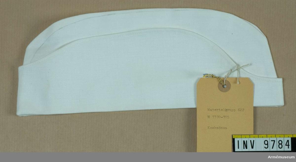 Av vitt bomullstyg, sydd som en båtmössa med uppslag.Materialverkets intendenturbeteckning: materielgrupp 622 m 7370-705.