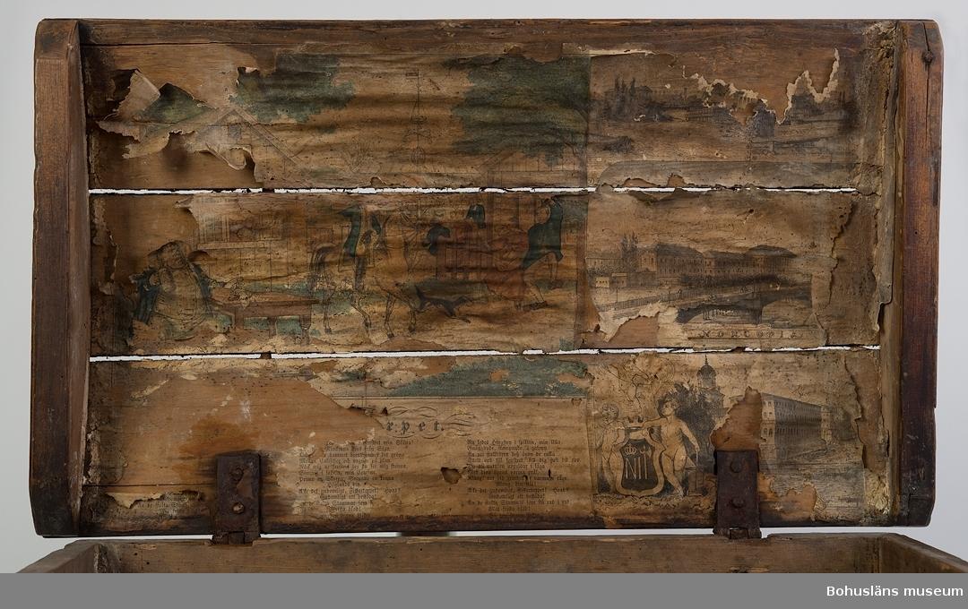 """Rektangulär med kupigt lock. Locket har tappad konstruktion. Utsidan har s.k. """"drickamålning"""" i olika bruna nyanser. Gångjärn i original.  På lockets insida finns två tryckta kistebrev. Ett av dem föreställer en midsommarfest och är färglagd med grön och brunröd färg. Det andra är av tre stadsvyer. Pappret och träet är skadedjursangripna.  Litt.; Lychou, Kerstin, Hemslöjd & Folkkonst i Bohuslän, Warne förlag, Partille, 1996  Ur handskrivna katalogen 1957-1958: Kista L. 53,5, Br. 31, H. 25 cm; trä, sinkade hörn, brunmålad; utan lås; locket inuti klätt m. gamla tryck. Maskäten."""
