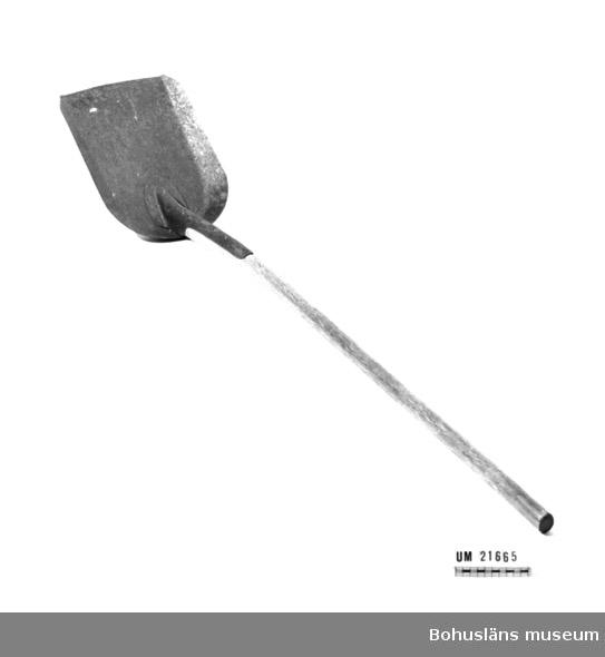594 Landskap BOHUSLÄN  Avlångt järnblad med uppåtböjda kanter. Framtill är bladet öppet, baktill, mot skaftet är det rundat. Långt, rakt skaft av trä.  Litteratur: Myrdal, Janken, Grepar, hackor, spadar och skovlar i hundratal, Fataburen 1983, Uddevalla 1983, sidan 159.  Omkatalogiserat 1996-11-29 GH.  UMFF 42:2