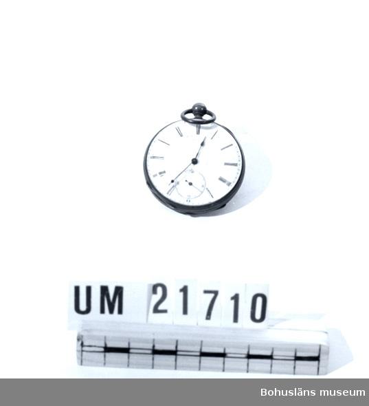 """410 Mått/Vikt ! TJ 1,5 CM 594 Landskap BOHUSLÄN  Urtavlan har romerska siffror. Botten har en hasselnötsliknande """"kartusch"""". Innanför botten står tryckt med följande bokstäver: """"ANCRE"""" 29027. FS 4 45-12.  24 augusti 2006: Från 30 juni 1989 fanns en anteckning att uret plockats ut från placering 111320203 för basutställningen på Gatan; enligt inventering i september 1992 finns inte föremålet i den monter """"Urmakeri"""" som det skulle ingått i . Stulet ? Se även UM018693 Klockkedja, UM018694 Klockkedja och UM018261 Ur. /Marie Johansson  UMFF 47:11"""