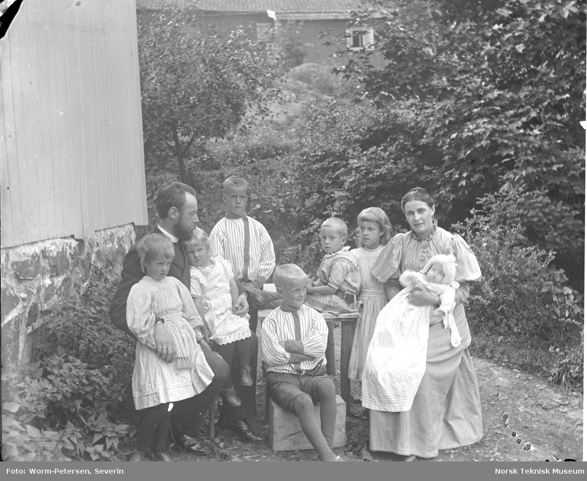 Presten Birger Hall, f. 1858 med sin kone Ella Hall f. Falk f. 1862 og barna Gustav f. 1884, Johannes f. 1886, Rakel f. 1887, Sara f. 1889, Birger f. 1891, Ella f. 1893 og Sigrid f. 1895. Paret fikk også en datter Dorothea f. 1897. Bildet er antagelig tatt i 1895.