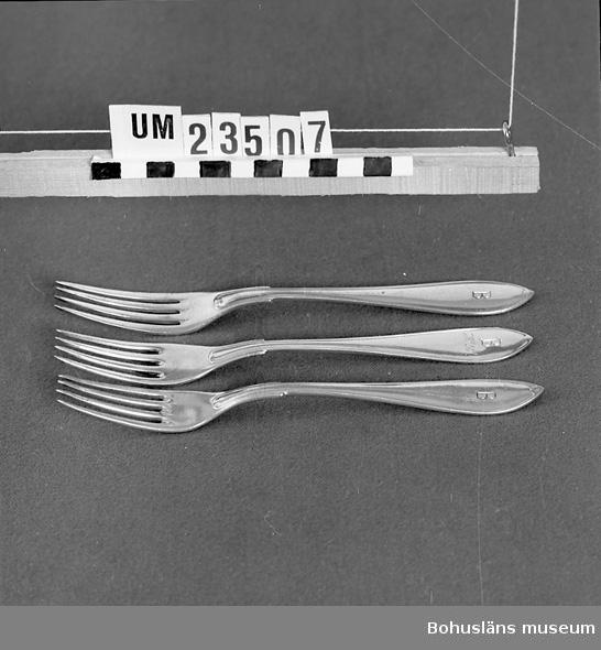 """471 Tillverkningstid 1920-1950? 594 Landskap BOHUSLÄN  Svenska modellen. Instansat """"B"""" för (Bokströms). En gaffel även med ingraverat """"H.L"""".  Ur uppsättning bordsilver för uthyrning.  Neg nr UM142:2."""