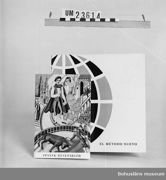 """Grammofonskivornas mått: Diam 17,5 cm, reseparlörens mått: H 16,5. Fyra grammofonskivor och spansk reseparlör i album med plastfickor med pappärmar.  Språkkurs enligt """"Nu-metoden"""" (""""Il Metodo Nuevo""""). Se förvärvsuppgifter under UM23603. Neg.nr. UM145:11."""