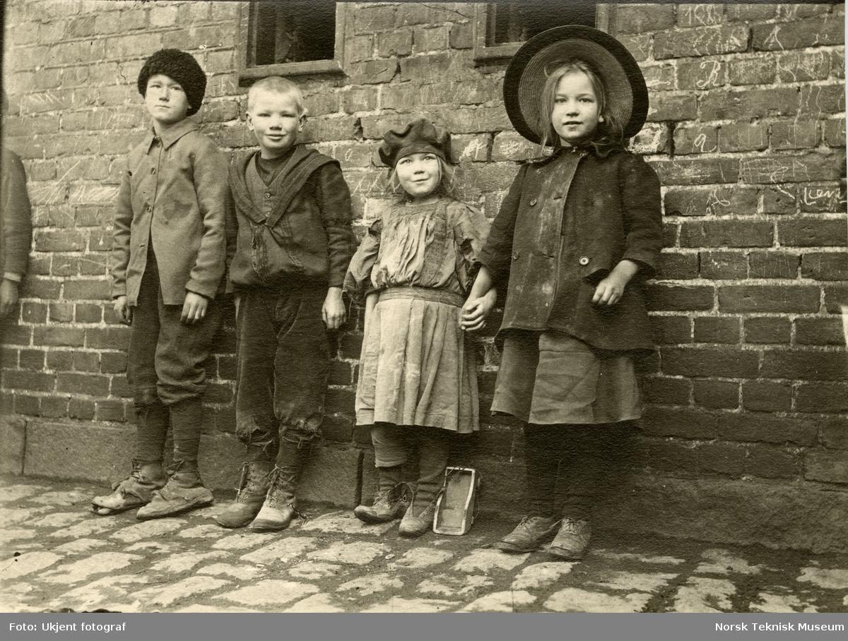 Barn fra arbeiderklassen, Oslo. Bilde brukt i Barselhjemustillingen 1916