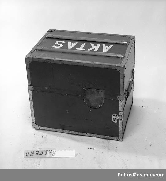 594 Landskap BOHUSLÄN   Att gravera, matrisera, grammofonskiva för fortsatt tillverkning.        Åkes första graververk, vilket han också använde i fält. Omslutet av kraftigt,  koffertliknande  ytterhölje. Detta graververk kopplades till graverförstärkare (UM25579), vilken i sin tur kopplades till en högtalare.  Ytterligar uppgifter om Åke Seinknecht och hans ljudtekniska samling se UM25572