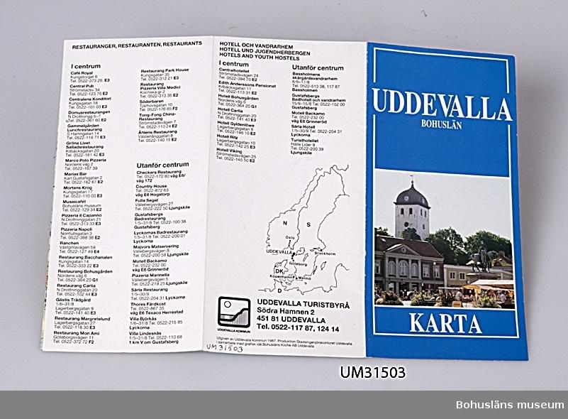 Karta tryckt över Uddevalla kommun; Kommunkarta Uddevalla Bohuslän.  Föremålet har använts av familjen Abrahamson i deras sommarstuga i Sundsandvik, byggd 1939. För ytterligare upplysningar om förvärvet, se UM031385.